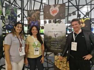 In front of the Arboretum project stand, held by the Hileia Baiana Model Forest, with Renata and Natalia from Hileia Baiana Model Forest, and Fernando Carrera, manager of the Latin American Model Forest Secretariat
